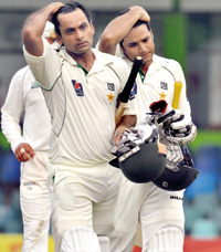 Mohammed Hafeez and and Azhar Ali walk back to the pavilion after their unbeaten knocks. - Pic by Amila Gamage