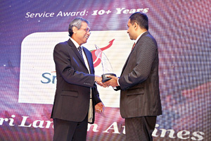"""Picture shows Kamal Nanayakkara – IT Head, SriLankan Airlines receiving the over 10 years award of """"Creative Excellence"""" at hSenid 15th Anniversary celebration event."""