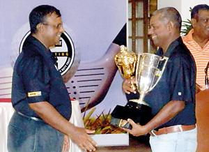 RCGC Captain Priath Fernando handing over Pin Fernando Trophy to Winner Priyanga Hapugalle. (Vice Captain Nimal Piyaratne in the background)