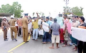 Puttalam fishermen protesting against fishing by 'non-fishermen' Pic by Hiran Priyankara Jayasinghe