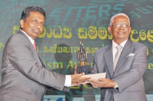 The Sepala Gunasena Award for Defending Press Freedom in Sri Lanka: Dr. A.C. Viswalingam (right) receiving the award on behalf of the Citizens Movement for Good Governance from Managing Director of the Sumathi Group, Jagath Sumathipala
