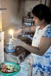 Cooking by kuppi laampu. Photo Mangala Weerasekara