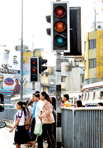 These traffic lights at Pettah have been malfunctioning on off for the past few weeks. Pix by Hasitha Kulasekera