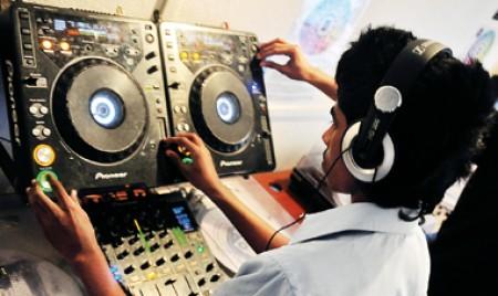 Mixing music, making DJs