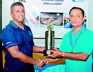Men's Open winner Sajith Wijetunga of SriLankan Airlines receiving his trophy from Ravi de silva.
