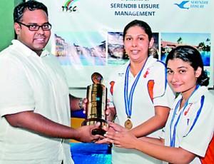 Women's winners Gayani Dissanayake (2nd from left) and Ravihari de Silva of Cinnamon Lakeside receiving their trophies from Suranjith Fonseka.