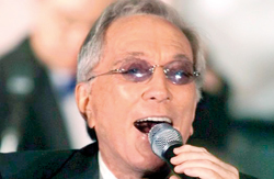 """Singer Andy Williams performs """"Moon River"""" during a gala salute in Beverly Hills in this July 22, 2001 (REUTERS)"""