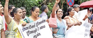 Pro-govt. supporters calling for the enactment of the Divineguma Bill