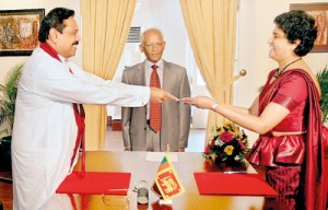 Chief Justice Shirani Bandaranayake receiving her appointment letter from President Mahinda Rajapaksa.