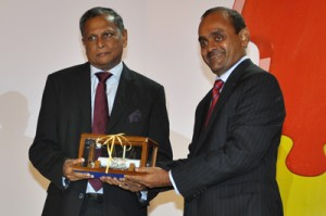 Mr. Hemaka Devapriya Senarath Amarasuriya� being inducted in CA Sri Lanka Hall of Fame by the President of the Institute, Mr. Sujeewa Rajapakse