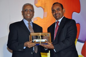 Mr. Viswanathar Kailasapillai being inducted in CA Sri Lanka Hall of Fame by the President of the Institute, Mr. Sujeewa Rajapakse