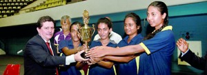 The champion Bandaranayake MV women's team receiving the trophy from chief guest Julio Santana