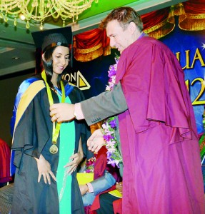 Farhana Nazeer receiving the award for Best Performer B.A. (Hons) in Business & Human Resource Manegement