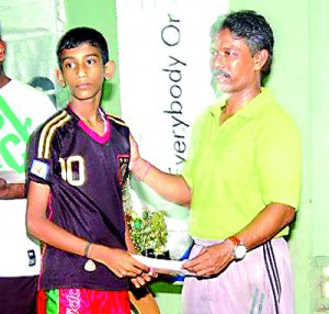 Most outstanding player in Vavunia District � A. Stanley of��V/ Sundarapuram G. T. M. S. receiving his award from Mr. J Mohan , Secretary , Jaffna District TT Association.