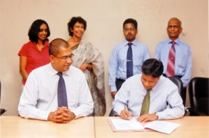 Signing of the agreement for the replication of key e-Society projects in the Eastern & Northern provinces of Sri Lanka between CEO of ICTA – Mr Reshan Dewapura and Executive Director of Skills International – Mr Danesh Abeyawickrama. Looking on are; Ms Indumini Kodikara, Project Manager – e-Society ICTA, Ms Chithrangani Mubaraka, Snr Programme Head – e-Society- ICTA, Mr G Gajan, Asst Manager, Projects -Skills International and Mr J Weerasinghe – Head of Projects, Skills International.