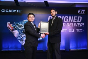 Seen here is Alan Szu – Manager South Asia Business, GIGABYTE Technology Co Ltd (left), presenting the distributor certificate to Yassir Nisam – Group General Manager, Finance and Operations EZY Holdings.