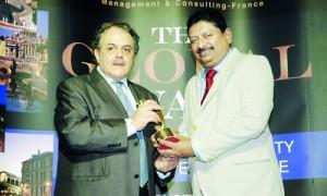 Sagara Gunawardana (right) receiving the award
