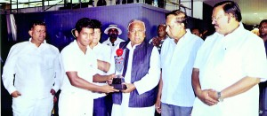 Geeshanth Panditharatne, the captain of SLCF team receiving the inaugural Gamini Dissanayake Challenge Trophy from Sri Hanumantha Rao, the Chairman of CFI. SLCF Chairman Gaham Wimalasena, Chairman of Tamil Nadu Cricket Foundation Sri J.M. Haroon and Sri Lanka Cricket official Nuzki Mohamed are also in the picutre.