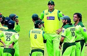 Pakistan's new fast bowling sensation Irfan is world's tallest cricketer in history