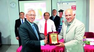 Dr. Nihal De Silva Dean of IIHS awarding a token of Appreciation to President of OUM