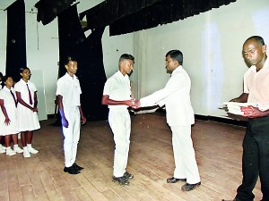 The winners of the Quiz Competition receiving the prizes from the Chief Guest Mr.S.P.Ariyarathne, Principal of Karandeniya Central College.