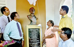 Lalitha Weerakone unveiling the statue (centre).  Others from left:  Lakmal Fernando,  Mithra Weerakone, Nimal Lanza and Rev. Fr. Antony Ranjith.
