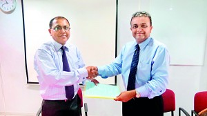 Dr.Kithsiri Edirisinghe-Deputy Chairman IIHS & Dr. Sajeeva Narangoda-Director/General Manager Browns Healthcare (Pvt) Ltd at the MOU signing ceremony