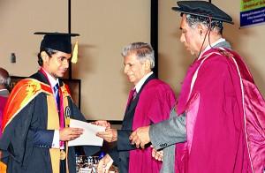Shireen Jayasuriya Gold Medalist Mr. P. U. A. I. Fernando receiving the award from the Chief Guest Dr. Kingsley de Alwis