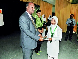 Student receiving award from Cheif Geust Prof. S.M. Mohamed Ismail