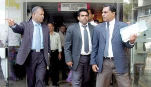 Colombo Additional Magistrate, Sandun Vitarane (centre) seen at the hospital