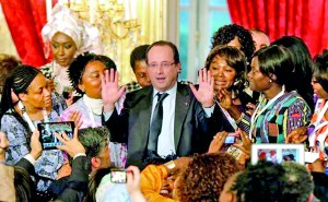 rance's President Francois Hollande (C) poses with Francophone women from the Global Forum following a meeting at the Elysee Palace in Paris