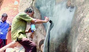 Touching up the defaced area.                                                  Pix by Kanchana Kumara Ariyadasa