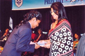 Devni Amaya de Silva receiving her General Proficiency and Subject prizes from the Chairman's wife Mrs.D H Peiris at the Prize Giving 2013
