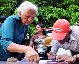 A depositor signs the petition. Pic by Amila Gamage