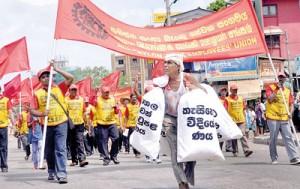 The JVP rally heading towards BRC grounds. Pic by Indika Handuwala