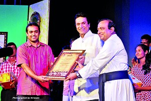 The Chief Guest Actor Ravindra Randeniya honoured with a Memento