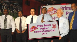 GM of Prima Shun Tien Shing (3rd left) and Group GM of Prima Tan Beng Chuan (2nd right) hand over the sponsorship to Havelocks President Roshan Deen