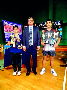 Winners of the I &D Challenge Trophies Hansani Kapugeekiyana on left and Milinda Lakshitha on right with the chief guest.