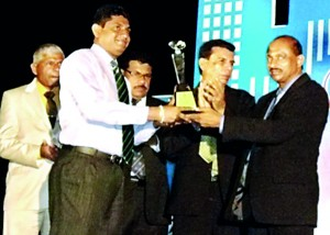 Picture shows the National Construction Association of Sri Lanka's President P S Hemalal handing over a plaque as a token of appreciation to Kelani Cables Brand  Development Manager Channa Jayasinghe for coming forward to provide full sponsorship for the  North central province 'National Construction awards – 2013'