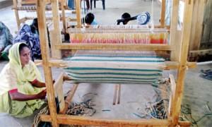 Reviving traditional livelihoods: A woman weaving sedges (Kumudini Ekaratne © IUCN)