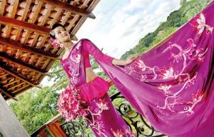 Piumi Hanasamalli in a pink and purple  Kandyan going away
