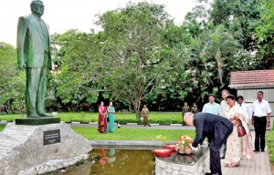 Prof. Francis Gurry lays a floral tribute at the foot of the late Lakshman Kadirgamar statue at the Lakshman Kadirgamar Institute. Pic by Mangala Weerasekera