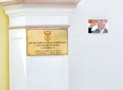 Gate shut for Mandela mourners