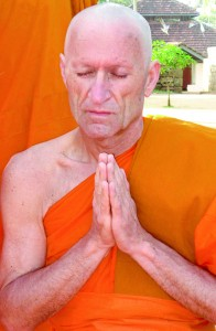 Wali Kota Oberndorf am Neckar, Hermann Acker (55), ditahbiskan menjadi samanera di Sri Lanka.