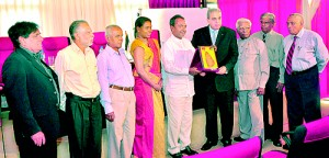 Sri Lanka-Palestine Solidarity members presenting a memento to Dr. Agha. From left: Hamid Abdul Kareem, Latheef Farook, Mahinda Hattaka, Amaya Jayasinghe, Imtiaz Bakeer Markar (co-president), Dr. Agha, Tissa Jayasinghe (Sri Lanka's first ambassador to Palestine), Nanda Kalutantri and M. Badoordeen. Pic by Mangala Weerasekera