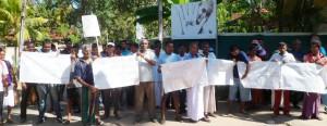 In Matara, Parents protest against corruption in school admission. Pic by Krishan Jeewaka Jayaruk