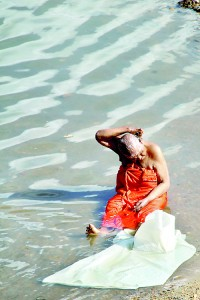 An elderly pilgrim at the Menik Ganga