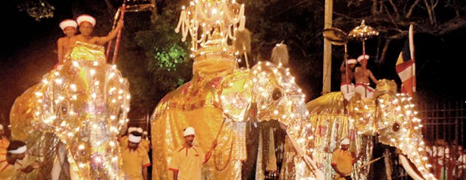 Kumabal Perahera lights up Kandy